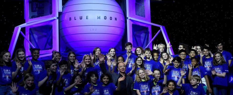 """Bezos sogna e presenta il lander """"Blue Moon"""": """"Porterà gli uomini sulla Luna nel 2024"""""""