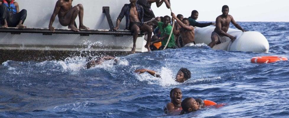 Migranti, 60 morti in un naufragio in Tunisia Sbarchi a raffica, l'Italia riapre i porti