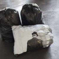 Euro-spazzatura come arte: le foto di una bolognese a Londra