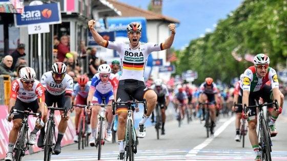 Ciclismo, Giro d'Italia: primo sprint, Ackermann piega Viviani. Roglic resta in rosa