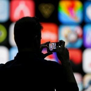 Prezzi delle App gonfiati, i consumatori potranno far causa ad Apple. Il titolo crolla in Borsa