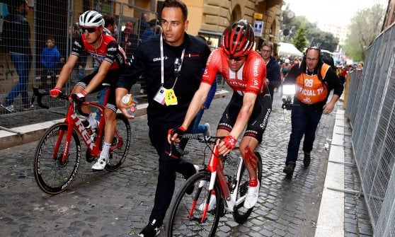 Ciclismo, Giro d'Italia: a Frascati vince Carapaz. Dumoulin cade: 4' da Roglic