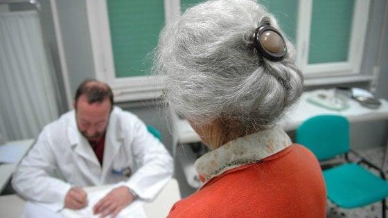 L'Italia invecchia, male: l'80% della spesa sanitaria è per malattie croniche