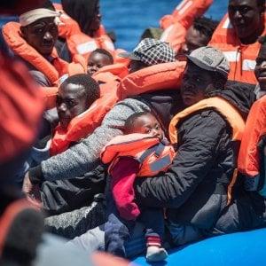Migranti, la Sea Watch salva 65 persone in zona Sar libica. Salvini firma la diffida: non avvicinatevi alle acque italiane