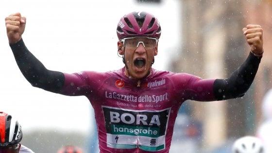 Ciclismo, Giro d'Italia: Ackermann vince sotto il diluvio, Gaviria battuto allo sprint