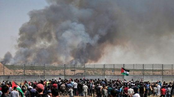 I palestinesi celebrano la Nakba, feriti al confine con Gaza