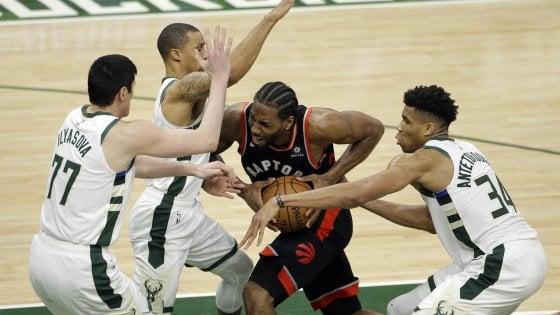 Basket, finale Est: Toronto spaventa Milwaukee, poi ci pensa Brook Lopez