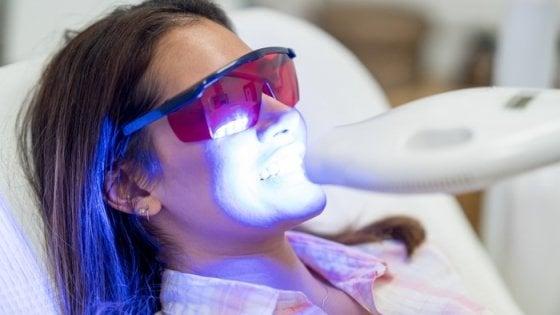 I prodotti per sbiancare i denti possono rovinare il sorriso
