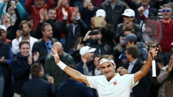 Tennis, Internazional Roma: Federer infiamma Roma, rimonta e va ai quarti. Avanti anche Nadal e Djokovic, fuori Fognini