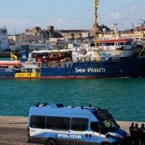 """Sea Watch, autorizzato lo sbarco per le famiglie. Salvini: """"Porti chiusi e non c'è presidente del consiglio che tenga"""""""