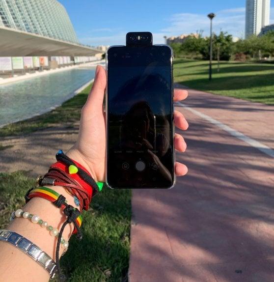 """ZenFone 6, la fotocamera sul retro diventa quella frontale con un """"flip"""" per video-selfie in 4K"""