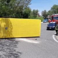 Si rovescia scuolabus nel Padovano, feriti otto studenti: l'autista ubriaco fugge senza...