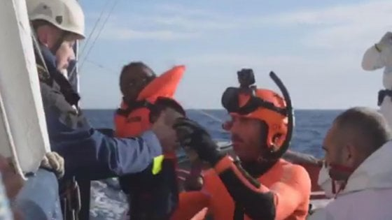"""Sea Watch: """"Chiediamo a Salvini di togliere il divieto"""". La nave è attraccata a Lampedusa. Ma il vicepremier dice no"""