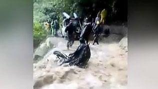 """""""Lascia la moto!"""" Sta per cadere in una cascata: ecco come si salva"""
