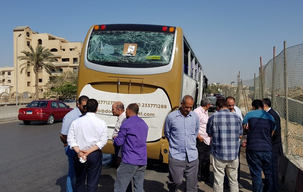Il Cairo, il bus turistico colpito da un'esplosione