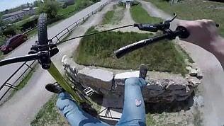 Bici si rompe in volo, ciclista precipita: la caduta in soggettiva