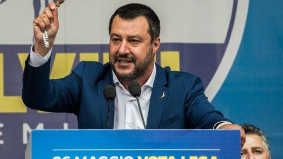 """Rosario sul palco, il mondo cattolico contro Salvini. Il Vaticano: """"Dio è di tutti, pericoloso invocarlo per sé"""""""