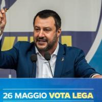 """Rosario sul palco, il mondo cattolico contro Salvini. Il Vaticano: """"Dio è di tutti,..."""