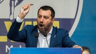 """Rosario sul palco, il mondo cattolico contro Salvini. Il Vaticano: """"Dio è di tutti, pericoloso invocarlo per se stessi"""""""