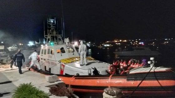 """Sea Watch, sbarcati i migranti. Salvini accusa i M5s: """"Chi ha dato l'ordine?"""". Di Maio: """"Non dia la colpa a noi"""""""