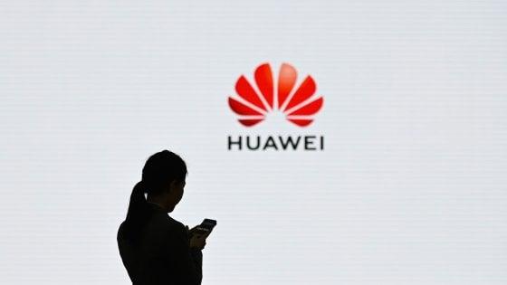 """Schiaffo di Google a Huawei, la replica: """"Continueremo"""