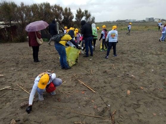 Dossier Legambiente: sulle spiagge trovati 968 rifiuti ogni 100 metri