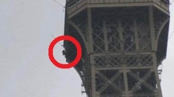 Francia, un uomo si arrampica sulla Tour Eiffel e minaccia il suicidio: catturato dai soccorritori