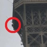 Francia, un uomo si arrampica sulla Tour Eiffel e minaccia il suicidio: catturato dai...