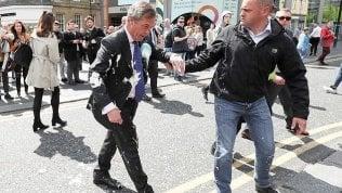 Gran Bretagna, la rivolta del milkshake arriva a Farage Video