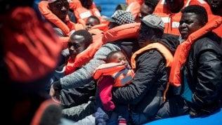 Migranti, Lega, Pd. Così poche centinaia di profili polarizzano il dibattito politico sui social di ANDREA IANNUZZI