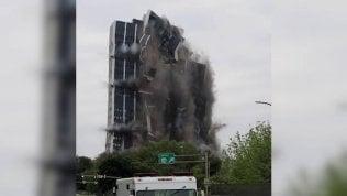 Meno di 10 secondi: ecco come si sbriciola il grattacielo di 21 piani