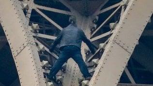 Uomo si arrampica sulla Tour Eiffel e minaccia il suicidio