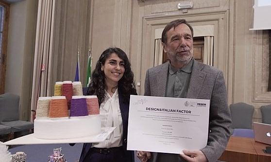 Luigi Dei, rettore dell'Università degli Studi di Firenze, premia la  vincitrice della sessione Fashion del Contest, Sanaz Babakhani