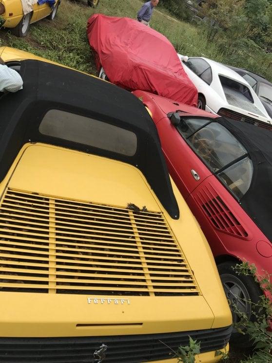 Undici Ferrari abbandonate in un campo, nessun rispetto per il mito