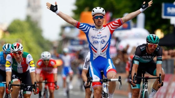 Ciclismo, Giro d'Italia: sprint e cadute, vince Demare. Viviani ancora secondo