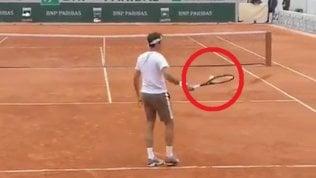 La racchetta-calamita, prodezza di Federer: così stoppa la pallina