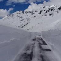 Meteo pazzo; le Alpi piene di neve sui passi a fine maggio