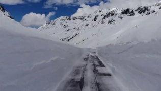 Pazza primavera, le Alpi piene di neve sui passi a fine maggio
