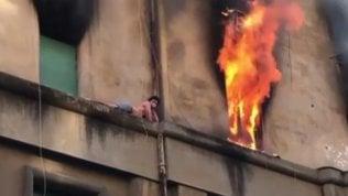 Casa a fuoco, ragazzo sul cornicione: salvataggio da brividi