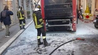Un altro bus in fiamme nel centro di Roma: a fuoco mezzo elettrico, tornato in servizio da 10 giorni