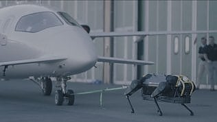 Ecco HyQReal, il robot italiano in grado di trascinare un aereo