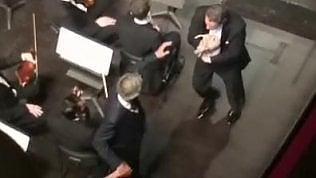 Andrea Bocelli sta cantando e sulla scena irrompe il suo cane