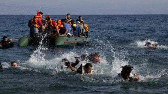 """""""Nave militare non interviene davanti ad un gommone che affonda carico di gente"""""""