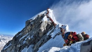 Lo scatto da record sull'Everest. Quasi 200 scalatori e sherpa in coda e attese fino a due ore