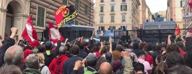 """Genova, giornalista di Repubblica picchiato dalla polizia durante scontri con antagonistiRepTv """"Urlavo ma non si fermavano"""""""
