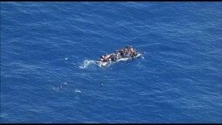 """""""Unità militare non aiuta gommone in difficoltà"""". Marina: recuperati dai libici"""