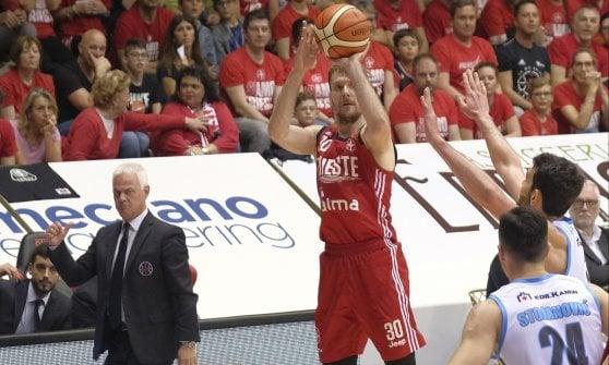Basket, playoff serie A; Trieste e Trento accorciano, battute Cremona e Venezia in gara 3