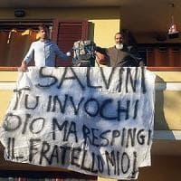 Porto Torres, sindaco M5S espone sul balcone striscione contro Salvini
