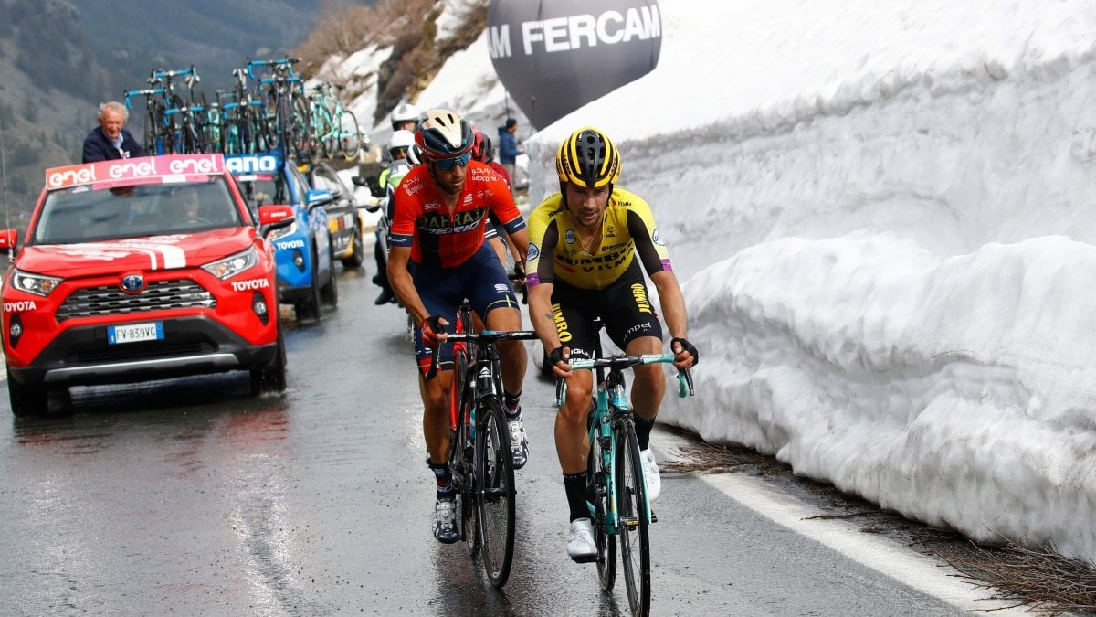 Ciclismo, Giro d'Italia: Zakarin vola in salita. Nibali vs Roglic finisce pari, Polanc resta in rosa