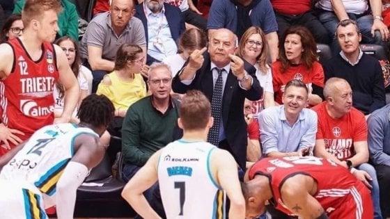 Il gestaccio del sindaco Trieste al cestista nero: è polemica